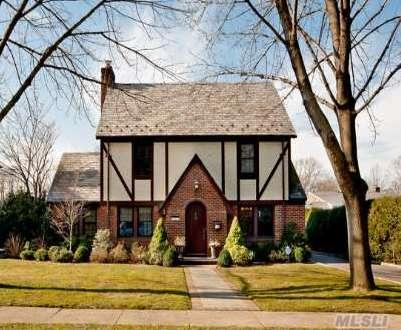 Classic Tudor Style Home Mid-Block On Prime Estates Block. Four Bedrooms, 2 Full & 2 Half Baths. New State Of The Art Kitchen, Screened In Porch. Full Finished Basement W/Hardwood Floors, Office, Powder Room. Additional Features Include Cac, Igs, & Oversized 2 Car Garage. Moments To Stratford And Homestead Schools, Tullamore Park And Express Lirr!