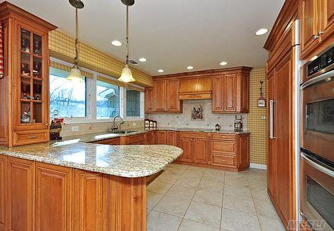 Custom Gourmet Kitchen w/Maple Cabinets, Granite Countertop and SS Appliances