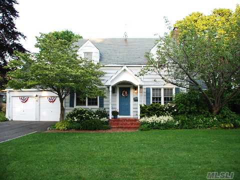 Pristine So Sayville Beauty. Featured On Garden Tour,House Tour And Sayv.Commemorative Thro.Do Not Miss. Totally Updated.Granite,Ss Appl,Cac,Designers Delight.Lush Gardens,Bay Breezes.Unpack,Unwind,Relax. Hot Tub Is Also Excluded.