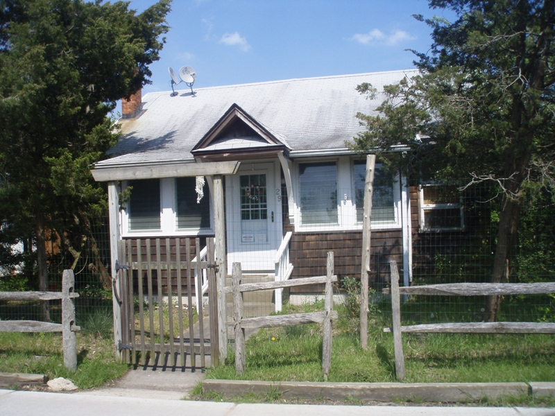 Charming 3 bedroom, 1.5 bath, vacation rental home, in Ocean Beach, Nice private back deck, BBQ, outdoor shower, nicely appointed. W/ A/C.