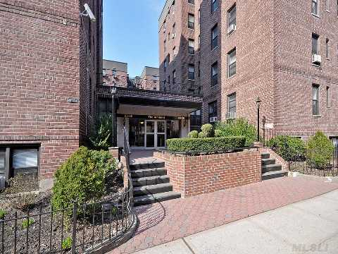Briarwood 1 Bedroom 1 Bath Corner Unit With Large Eat-In-Kitchen,Hardwood Floors.    Conviniently Located Close To F Train, Express Bus To The City, Banks, Molloy Hs, St. John's University, Queens Blvd & Main St. Shopping Area, Private Park And More! Owner Relocating, Won't Last!