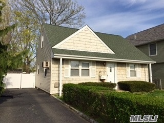 Perfect Starter Home, Just Move In. Looking For A Quick Sale. Best Buy In South Merrick. Schools Of Exccellence Merrick Sd#25. Convenient To Parkways And Public Transportation. Beach 10 Mins Away. Meadowbrook Prkwy Just Mins Away. Quick Drive To Lirr. Merrick Rd Park/ Golf Course. Convenient To Shopping - All !