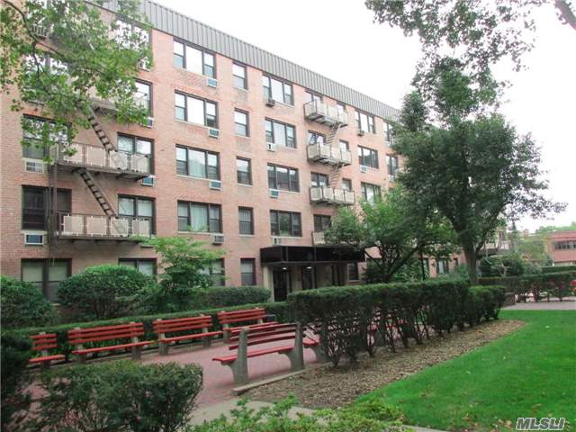 Beautiful Studio Apartment Located On Top Floor Penthouse. Bright & Sunny W/ Lots Of Windows. Lots Of Closets, Located In 24 Hr Gated Community W/ Playground, Laundry Facility, Storage & Bike Rm. Close To Lirr. Only 34 Min Into Penn!