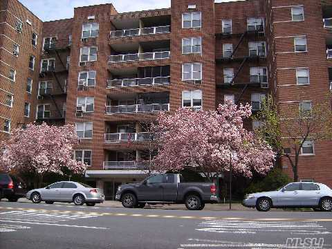 Beautifuljr4. Co-Op Apart. Features Lge Liv/Dr,Kitchen, With Ample Closet And Counter Space.Full Bath, Hardwood Floors, Balconywithspectacular Manhattan View And Lots Of Closet Space.