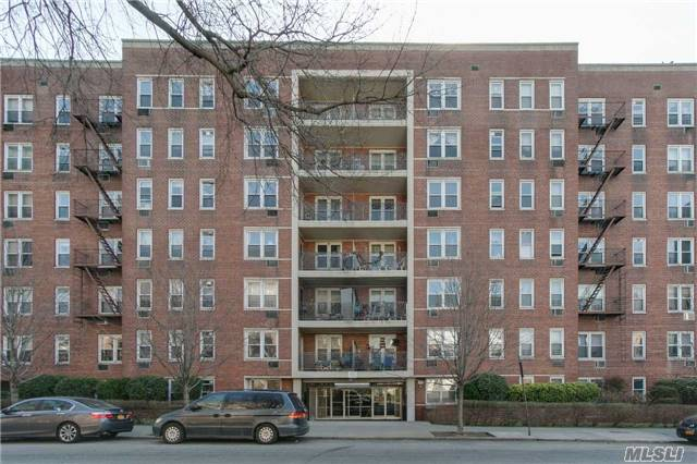 Near By Parsons Blvd, Close To Subway Station, Buses, Main Street, Post Office, Library & Supermarkets. Very Large 2 Bedrooms/ 2 Bathrooms, Private Balcony, Elevator, Sunny, Lots Of Closet Space, Eat-In Kitchen, Windowed Kitchen, Granite Counter Top. Great Dinning Area, Very Spacious Living-Room.