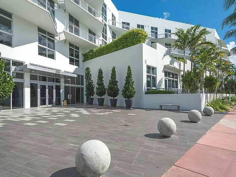 Luxury Loft Building, Walking Distance To All Of South Beach. Rarely Available Ph Unit. Large Terrace With Views Of Golf Course. Roof Top Pool, Gym, 24 Hr. Front Desk And Security.