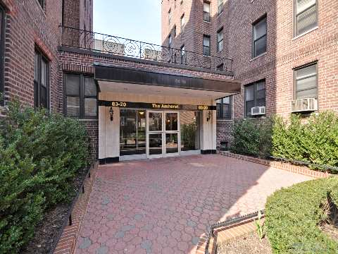 Briarwood 1 Bedroom 1 Bath With Hardwood Floors,Renovated Large Eat-In-Kitchen&Bath, Convinient Location, Close To F Train, Express Bus To The City, Banks, Molloy Hs, St. John's University, Queens Blvd & Main St. Shopping Area, Private Park And More! Motivated Owner, Wont Last!!!
