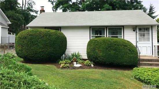 Cottage In Crabmeadow! 3 Bedrooms, 1 Bathroom. Eat In Kitchen W/ Full Basement - Close To All - Beaches, Shopping, Golf Course & Village. Very Low Taxes! Bring Your Investors!