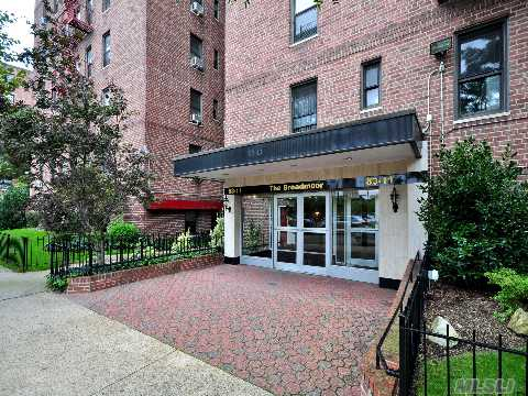 1 Bedroom 1 Bath In Briarwood. Large Eat-In-Kitchen&Bath,Convinient Location, Close To F Train, Express Bus To The City, Banks, Molloy Hs, St. John's University, Queens Blvd & Main St. Shopping Area, Private Park And More!