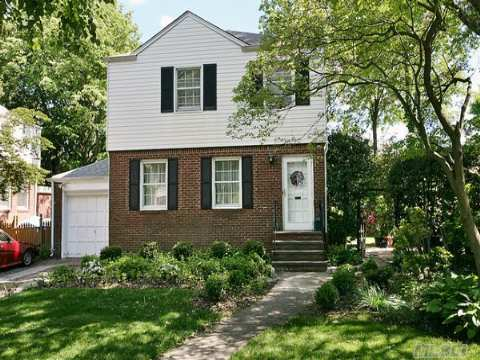 Gross Morton Side Hall Colonial Situated On Large, Private Property. Great Neighborhood Near To School, Park And Shopping. Can Be Easily Expanded.