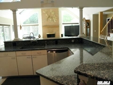 Open Plan Kitchen with Granite Counters!