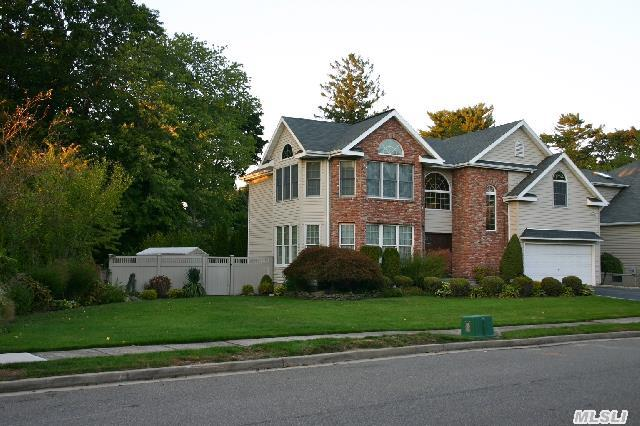 Beautiful House,  Absolutely Immaculate .. Ready For  You To Move Right In.
