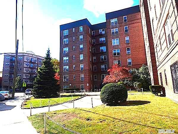**Mint 1 Bedroom In The Heart Of Briarwood** Unit Features Updated Eat In Kitchen,  Hardwood Floors,  King Size Bedroom.