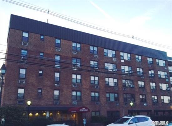 Large Studio Apartment In Smoke-Free Building. Close To Shopping And Transportation. Short Distance From Nautical Mile.