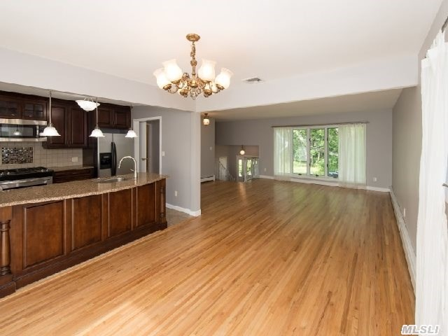 Oyster Bay - Beautiful Home Recently Redone. New Siding,  Windows,  Garage Doors,  Sliders ( Up & Down ),  New Master Bath,  Gas Hw Heat,  New Leaders & Gutters,  Wood Floors Refinished. Dry House During Sandy! 2nd House From Water. Private Beach & Mooring Rights $250/Year.