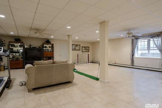 Finished basement, 8' ceilings