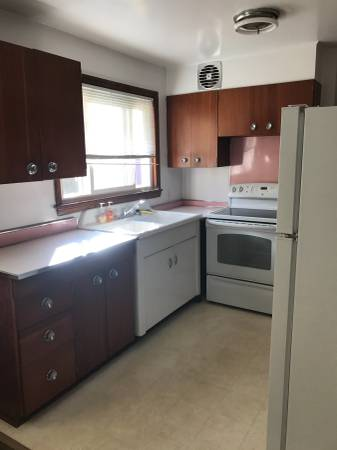 Spacious  & Sunny 1 bedroom plus office/den area in excellent condition, Heat included, use of yard, Near all that  sought after Mamaroneck has to offer, a vibrant downtown packed with amazing restaurants and shops, private beach, boating, indoor and outdoor pools, tennis and a short train ride to NYC. Sorry, no smokers.