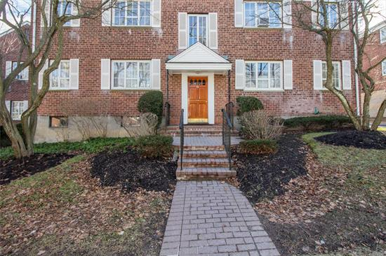 Fresh & Updated! 1st Floor Unit In Desirable Huntington Village Location. Awesome! Very Close Proximity To Huntington Village/ Cold Spring Harbor Shopping. Hw Floors, Newer Appliances. Heat, Water, Taxes Are In Maintenance. Ig Pool For Community To Enjoy. Garage May Be Available At Extra Cost.