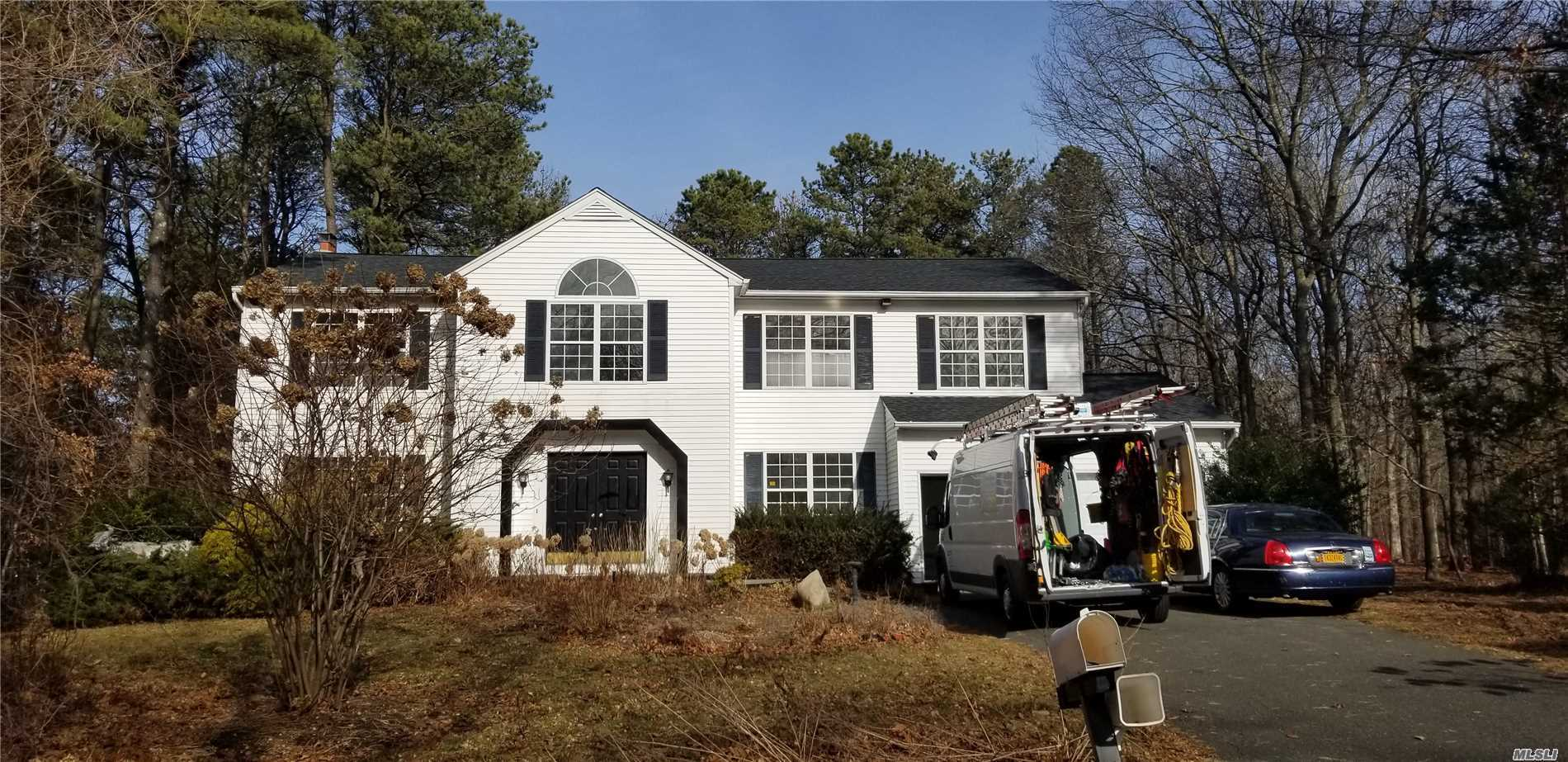 Large Colonial, Mint Condition, New Carpet, 1.38 Acres, New Roof,