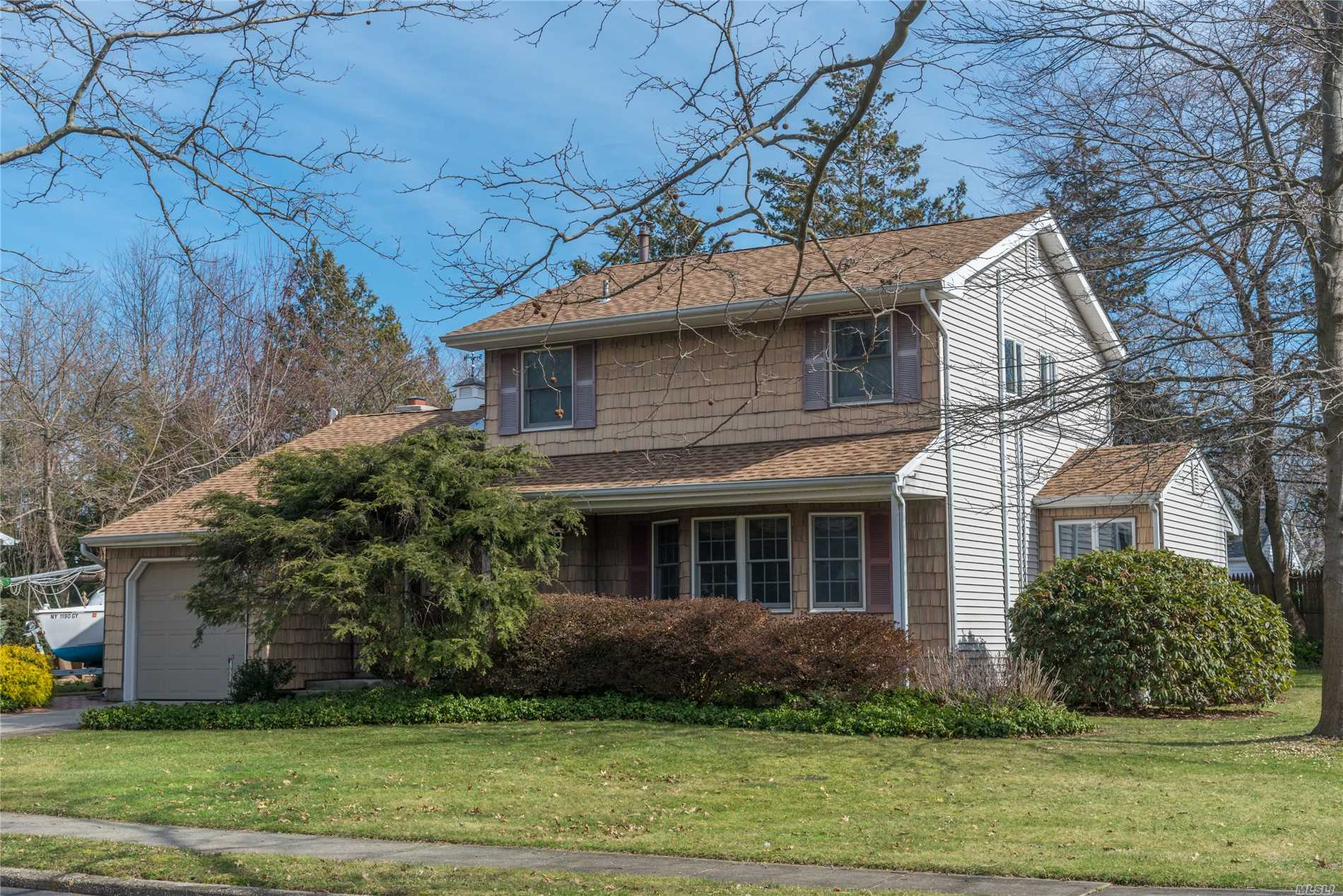 Wonderful 3-Bd, 1.5-Bth Colonial! Foyer W/Wood Flrs & Skylight. Lr W/Wood Flrs & Bay Window. Upd Maple/Granite Eik W/Gas Cooking. Family Rm W/Fpl & Sliders To Yard. Bdrms W/Hardwood Flrs. Updates Incl Anderson/Pella/Marvins, Cac, Kitchen, Bths, Gas Boiler/Hw Heater, Igs, Roof, Siding, Paver Walks. Prvt Yard. Easy Access To Lirr, School, Library, Shops. Blue Ribbon Schools.