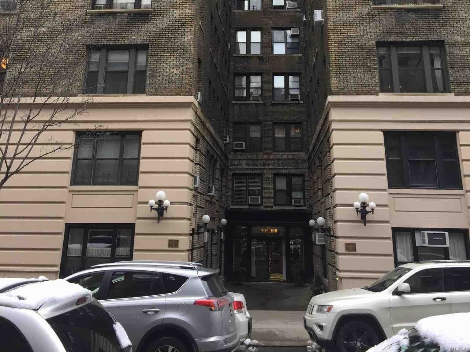 Condo Style Home On The Upper West Side Of Nyc. This Condo Features 2 Br, Lr, & Dr. Laundry In The Building, Live-In Super & Full Time Doorman. Bike Rm And Concierge. Centrally Located To All. Don't Miss This Op