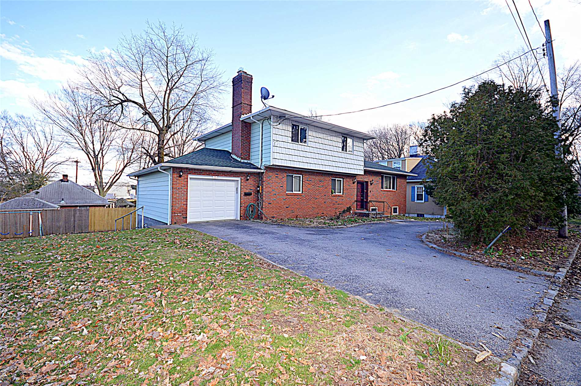 Best Value!! Motivated Seller!! For A Big, Bright Spacious Mint++ Condition Split Home In Roslyn Sd Great Location! Close To Roslyn Harbor. Rooms With Plenty Of Closets, Very Close To Lirr. All Updates Were Done In 2008 Wood Floors Through Out, Nice Size Eat-In-Kitchen, 3 Bthrms. 4 Years New Roof, Walk Out Bsmt. Lot To Offer!! Don't Miss!