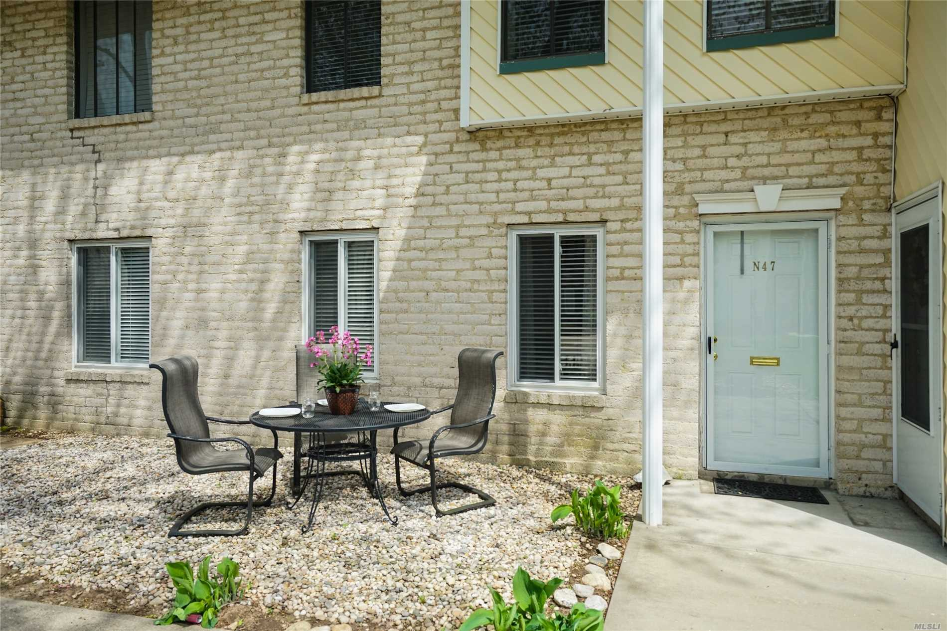 Freshly Painted Lower 1 Bedroom Unit With Newer Carpets And Maintained Beautifully. Ample Closet Space Throughout! Don't Miss This Beautiful Unit In North Isle!