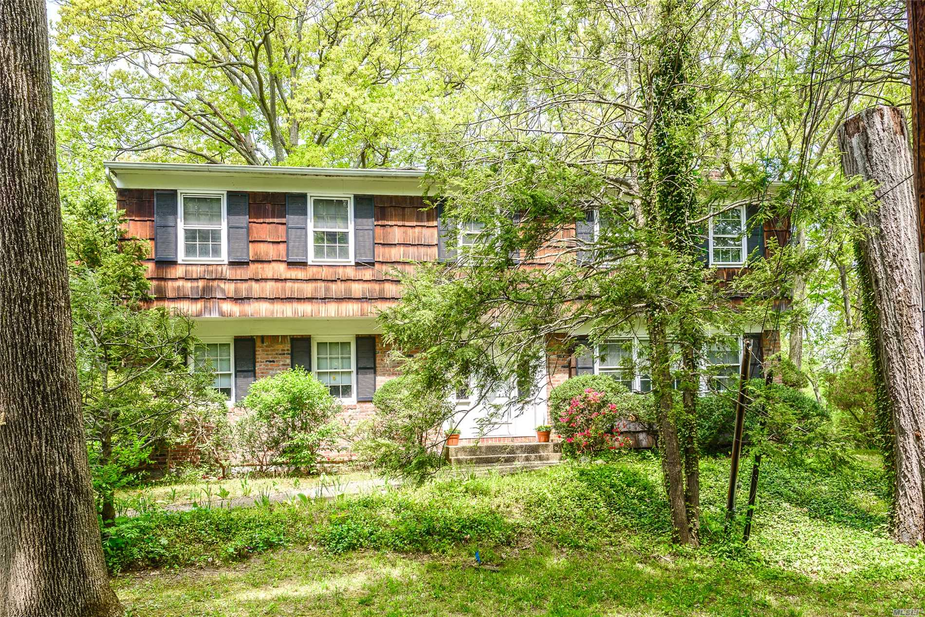 Roslyn Estates. New To Market! Perfectly Located Center Hall Colonial In The Heart Of Roslyn Estates. Featuring All Formal Rooms For Entertaining, 2nd Floor Has 4 Bedrooms Plus Library/Sitting Room. Priced To Sell!