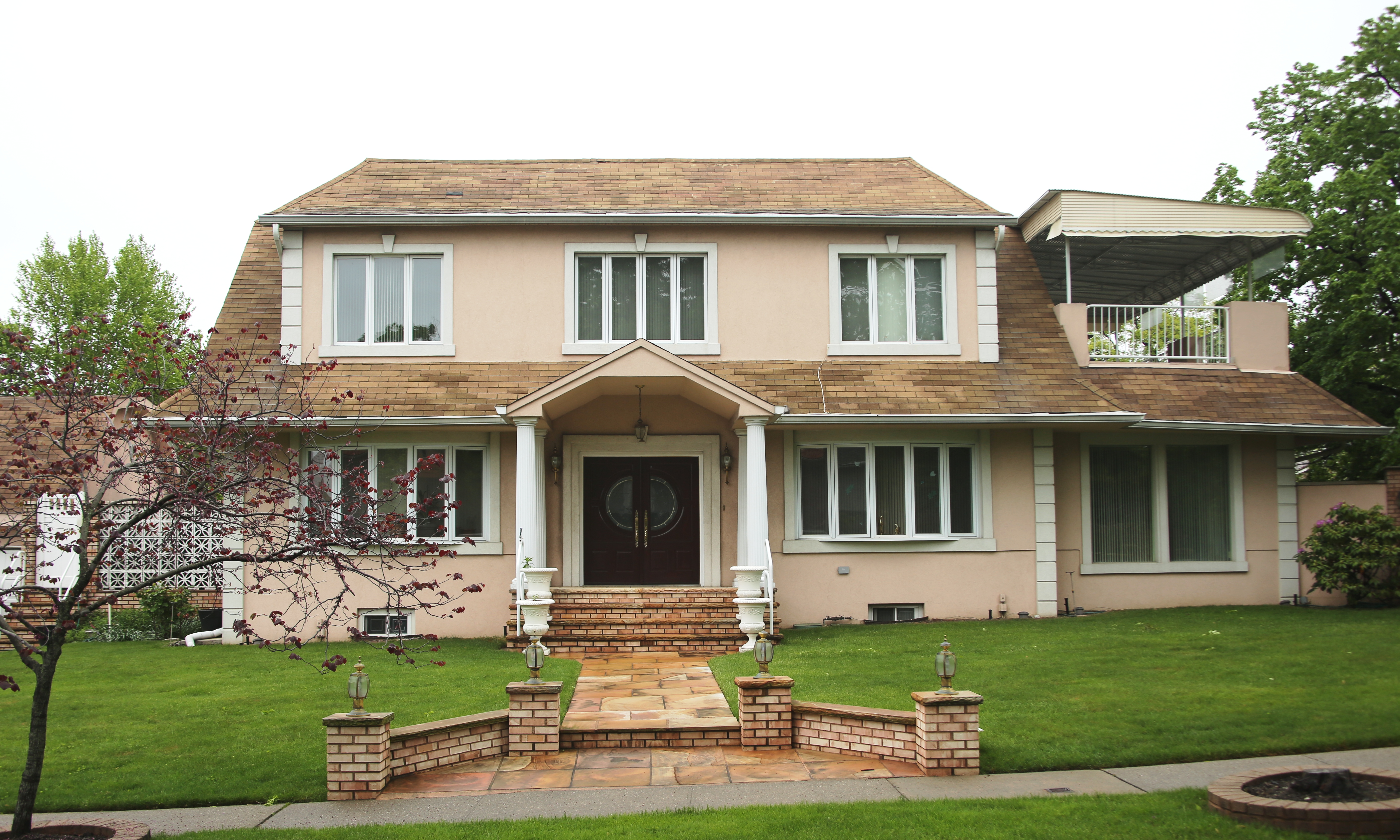 Beautiful Colonial Home For Sale In Malba! Features 5 Bedrooms, 3.5 Baths, Flr, Fdr, Eik, Family Room W/Bar And Full Finished Basement W/Laundry Room. Granite And Hardwood Flooring Throughout, Covered Balcony And Ingss. Detached 2 Car Garage. Great Curb Appeal All On 56X120 Sq Ft Corner Lot. Easy Access To Expressway, Close To Shopping And In District 25. A Must See!