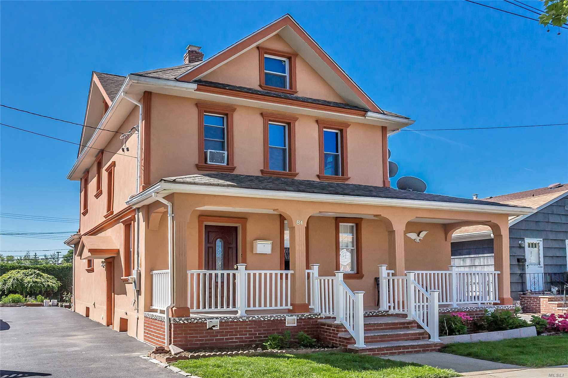 All Renovated, 4 Bedroom Colonial Move-In Condition. Close To All Amenities. Minutes To Garden City, Fpk, And Close To Parkways.