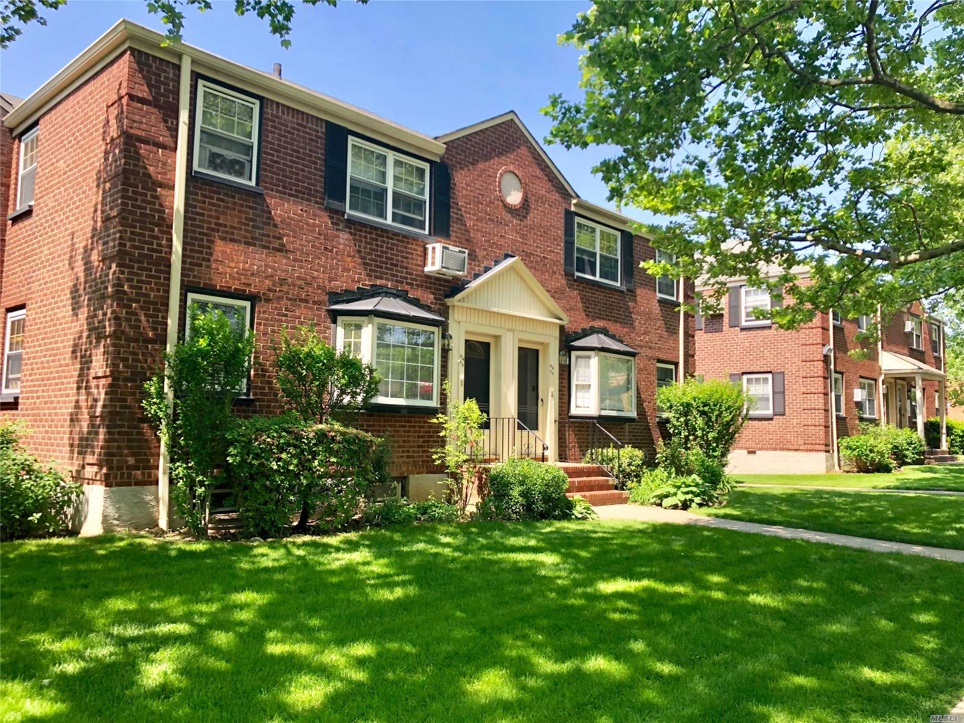 Sun Drenched Spacious Corner Newly Listed In Hollis Court ! Features Crisp Hardwood Flooring, Updated Kitchen With Washer & Dryer Combo, Updated Bathroom, Spacious Bedroom & Walk In Closet. Near Schools, Shops, & Transportation.