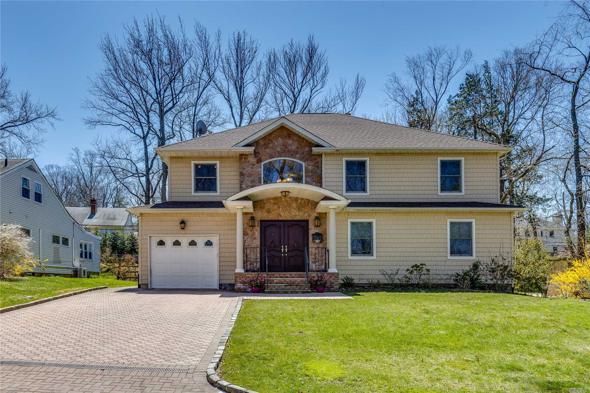 Like No Other! Bringing The Outside In, Every Room Of This Beautifully Renovated Home Has It's Own Window! Ready To Move In! Magnificent 2 Story Entry Leads To An Open Floor Plan, Boasting Refined Good Taste And Gracious Living. 2 Master Br Suites, Large Den, Main Floor Study, Walls Of Windows, Overlook Private Grounds. 5 Minutes To Lirr, Park & Town,  Gn Park District Pool, Etc.