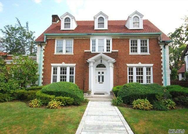 Center Hall Brick Colonial Home In Exclusive Forest Hills Gardens. Designed With A Commanding Presence Surrounded By Tall Oaks, It Combines The Best Of The Traditions Of The Past And The Contemporary Amenities Expected By The Sophisticated Homeowner Of Today.