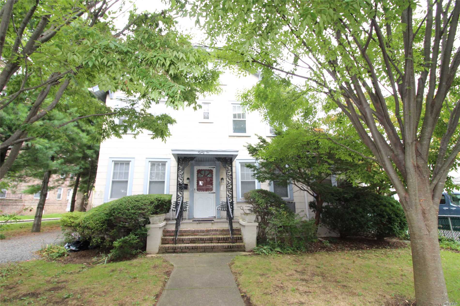 Great Location Walking Distance To Town . Shopping , Restaurant, Railroad