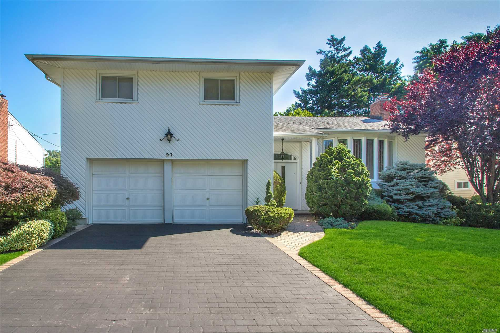 Located In Desirable Woodbury Knolls. Spacious 4 Br 2.5 Bath Split.Lr With Vaulted Ceiling And Over-Sized Formal Dining Room.Eat In Kitchen With Ose. Den With Fireplace. Main Level Bedroom, Powder Room,  Laundry & Sliders To Patio.Hardwood Floor. New Central Air Conditioner.