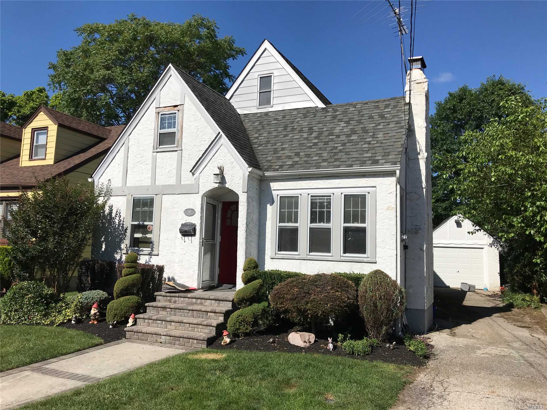 Charming Stuco Cape, Hempstead / Uniondale Schools. Finnished Wood Floors / Working Fireplace
