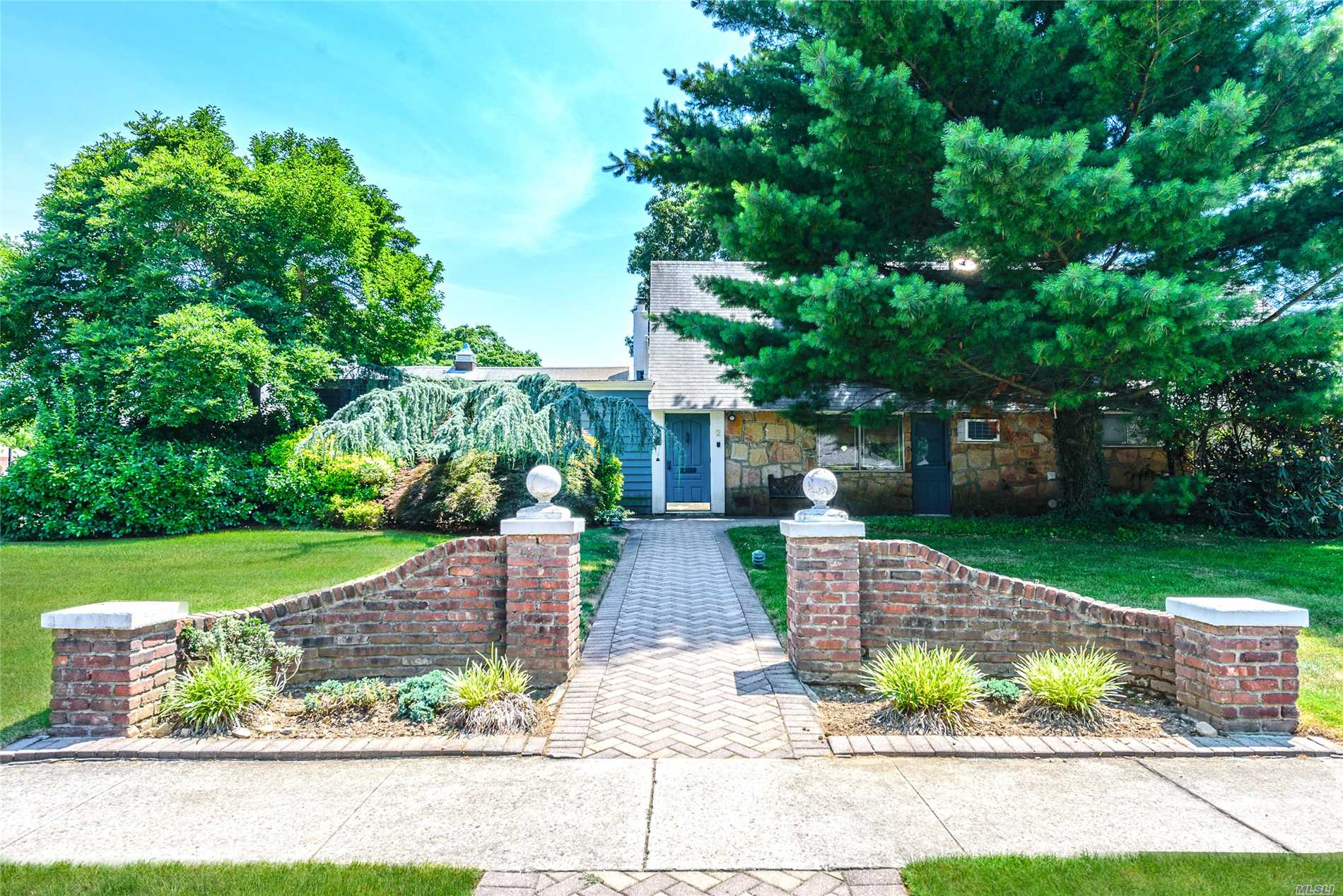 Roslyn Heights. Roslyn Country Club. 5 Bedroom, 3.5 Bath Expanded Ranch Home On Almost 1/2 Acre. With 3 Car Garage.