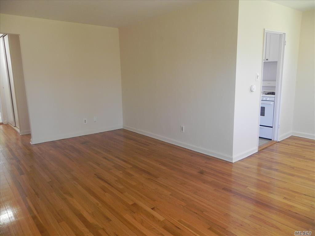 Port Washington. Updated 2nd Floor Apartment In Great Location In Beautiful Garden Apartment Complex On Manhasset Bay. Slight Waterviews From Unit. Enjoy Expansive Private Courtyard With Bbq Area And Pvt Dock. Hardwood Floors, Efficiency Kitchen, High Ceilings, Good Closet Space. Pet Friendly (No Restriction). Supers On Site/Laundry In Development.