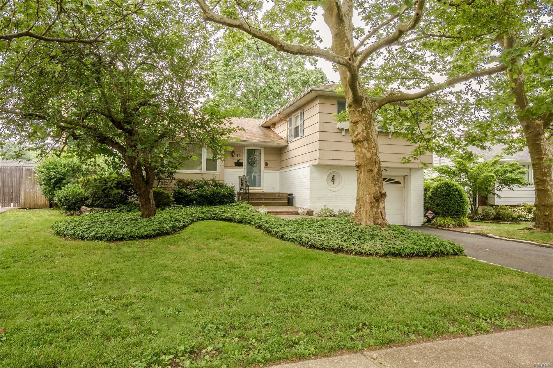 Welcome To This Charming Spacious Split In The Heart Of Radcliff Manor! Meticulously Maintained With A Flow For Entertaining. Amenities Include: Custom Family Room W/ Built-Ins, Vaulted Ceilings & Gas Fireplace, Cac, Ig Sprinklers, Expansive Kitchen With Ss Appliances & Granite Counter Tops. Plenty Of Storage!