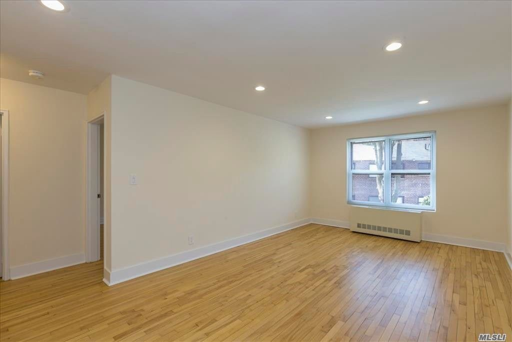 Roslyn. Landlord Offering Half Months Rent Free With Leases Signed For 9/1/18. First Floor 2 Bedroom/1 Bath Apartment W/Updated Eik And Bath. Hardwood Floors Throughout. King Sized Master. Laundry In Basement, Super On Site. Outdoor Parking Avail (Add'l $85+ Tax). Roslyn Schools, Ideally Located Near Shopping/Dining. Lirr, Highways.