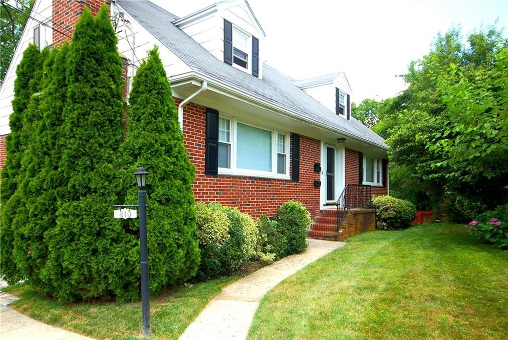 Sunny 2 bedroom with river views. Hardwood floors, eat in kitchen, and washer and dryer in unit. entaResidents enjoy private beach, pool, boating, fine dining and shopping and a short train ride to NYC, award winning schools and recreation.    Mamaroneck residents enjoy private beach rights, boating, tennis, indoor and outdoor pools, amazing restaurants and shopping, award winning schools, parks and recreation. A short train ride to NYC.   View 100's of Privately Listed, Hard to Find Rentals at www.harborviewrealestate.com or Contact a Leasing Agent about this rl and others at 914 834-8200.