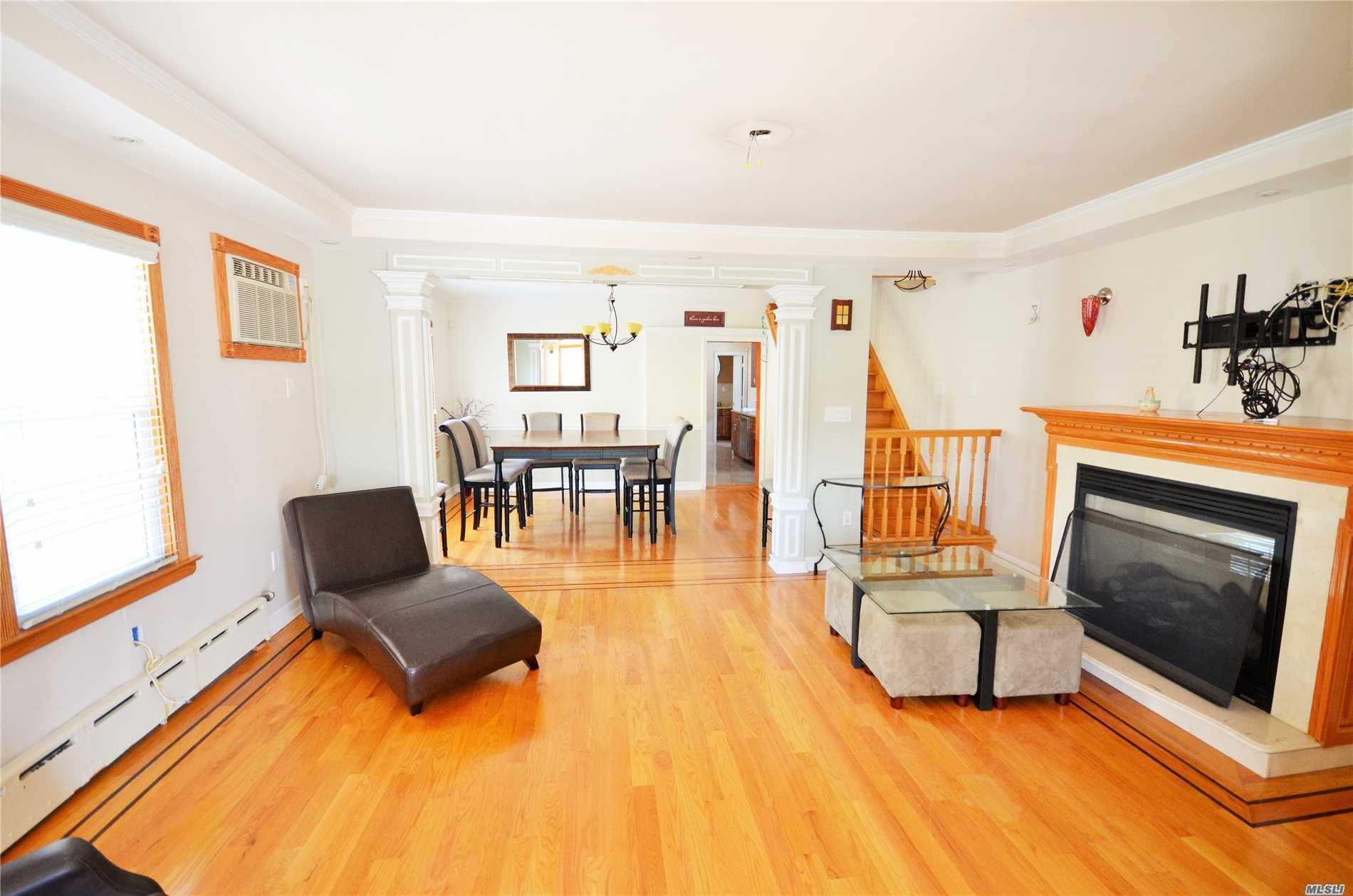 Gorgeous Home In A Fantastic Location. Move Right Into A Well Maintained, Sunny Home. 3 Bedrooms, 1.5 Baths,  40X100 Lot. Private Driveway With 1.5 Car Garage. 10 Mins Walk To Lirr Floral Park Station. Close To Schools, Shopping, Supermarkets, Transportation...