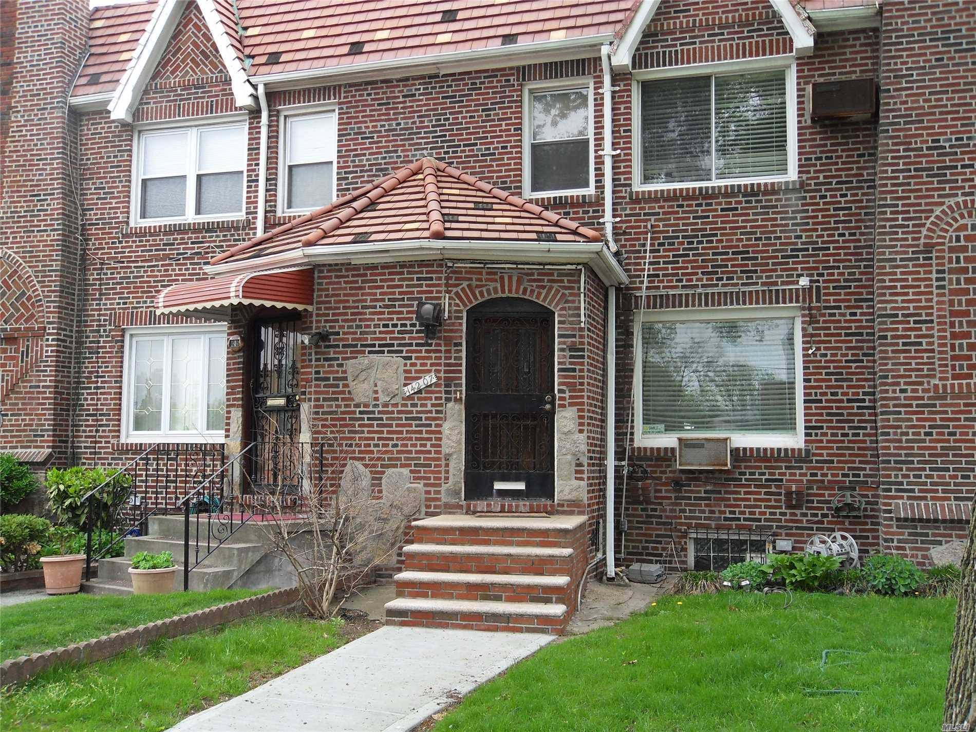 3 Bedrooms, 1.5 Bathrooms. Full Basement With Separate Entrance. Garage And Driveway In Rear. On Laurelton/Rosedale Border. Near Public Transportation, Highway And Green Acres Shopping Mall  Move In Condition