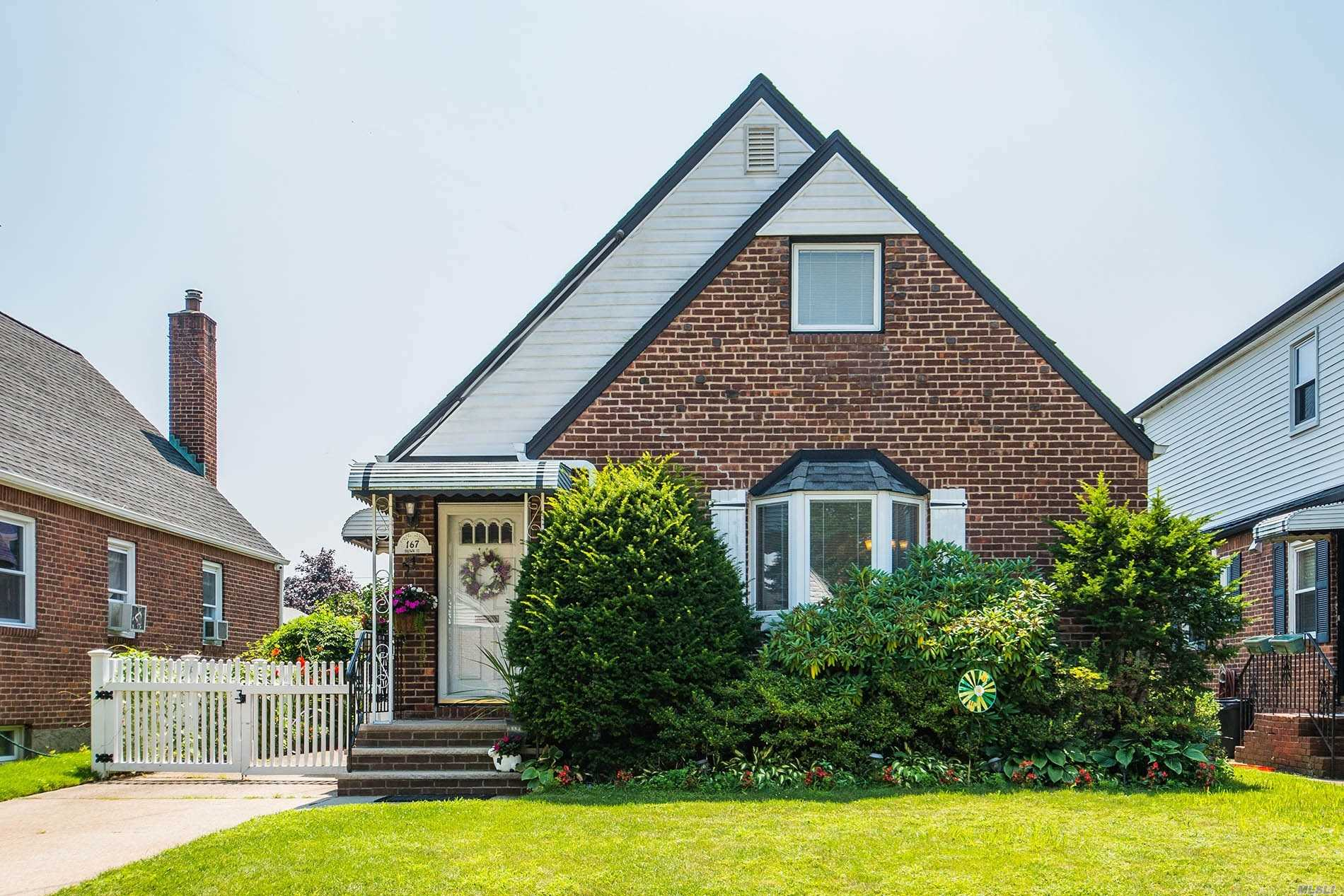 Moving Ready Charming Cape In The Heart Of Mineola, Offering 4-Bedrms, 2-Bathrms, Master On The First Level, 1.5 Car Garage, Gas Heat, Central Air, Hardwood Floors Throughout. Beautiful Fenced Yard With Garden. Close To Lirr & Shopping. E.Williston Sd.