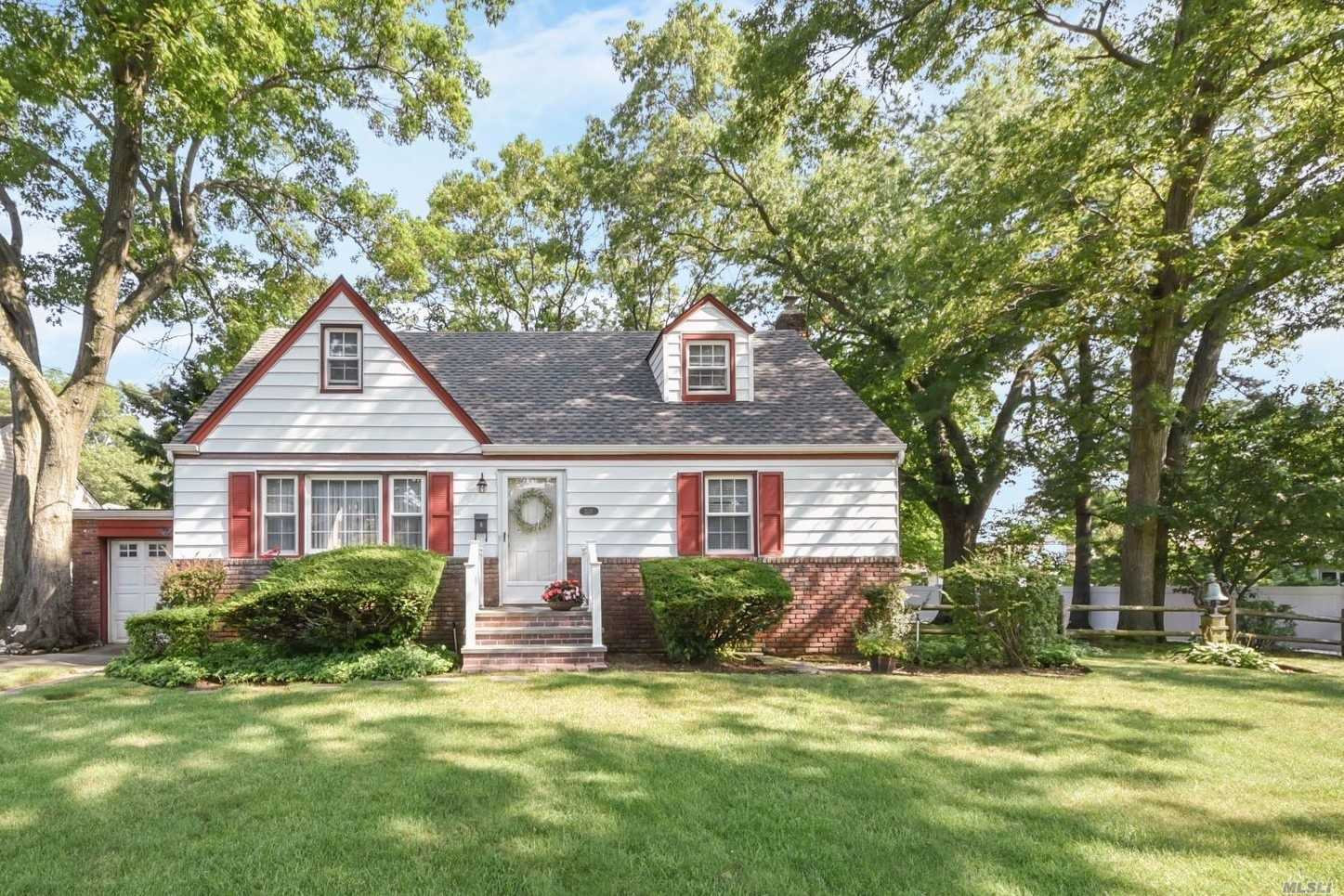 Beautiful Expanded Cape. Gorgeous Vaulted Skylit Family Room W/ Wood Fp, Granite Counter Eik, Fdr, 4 Br, 2 Fbths And Full Basement. School District #4