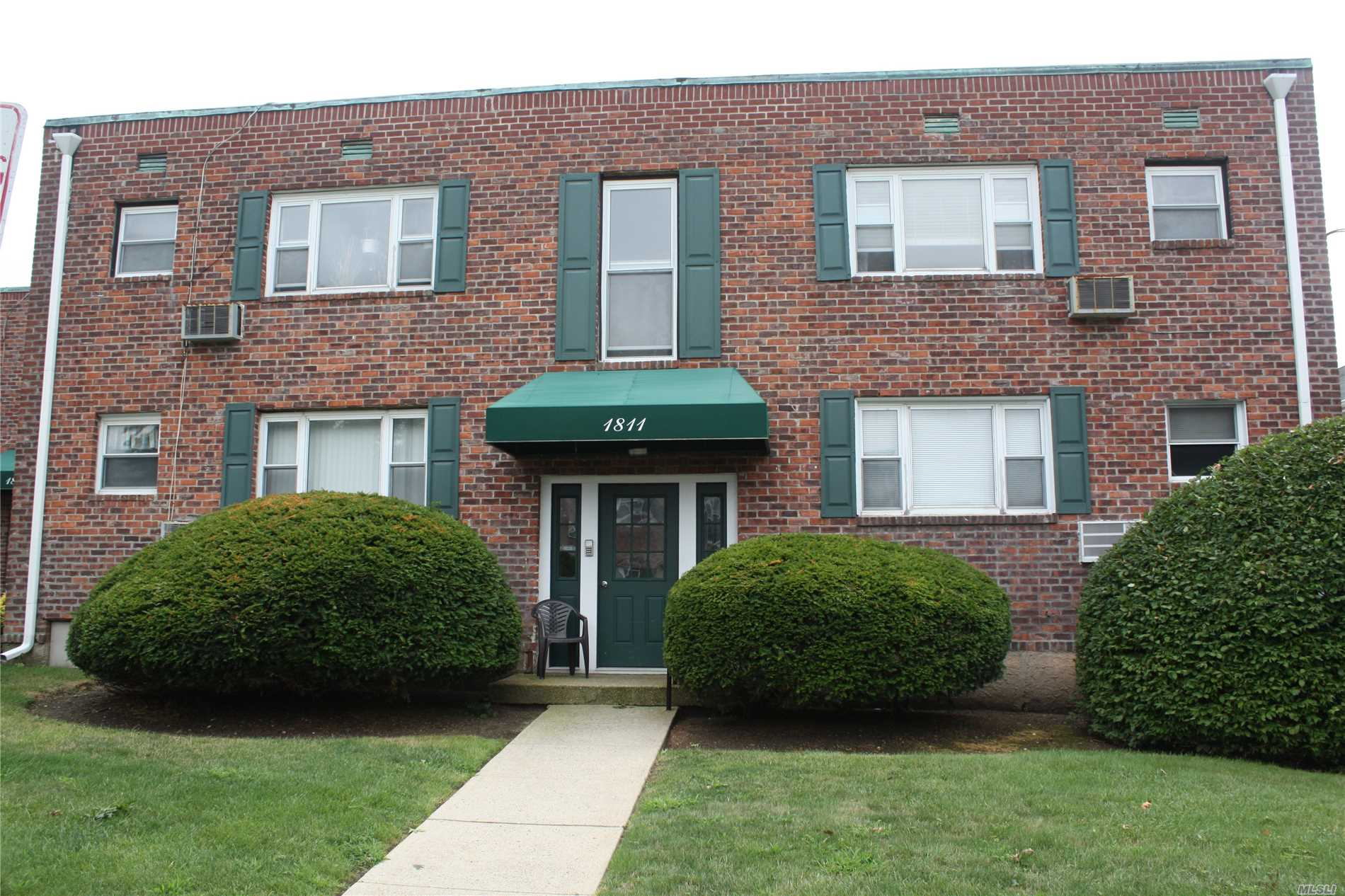 Spacious Updated First Floor 1 Br Co-Op In The Village Of Valley Stream.Newly Updated Kitchen & Bath, Wood Floors, Large Closets, Ss Appliances, Granite, Ceiling Fans, Hardwood Floors, Clean & Move In Ready On Site, Laundry Room. Easy Access To Shopping Ss Parkway Schools Pack You Bags And Move Right In!