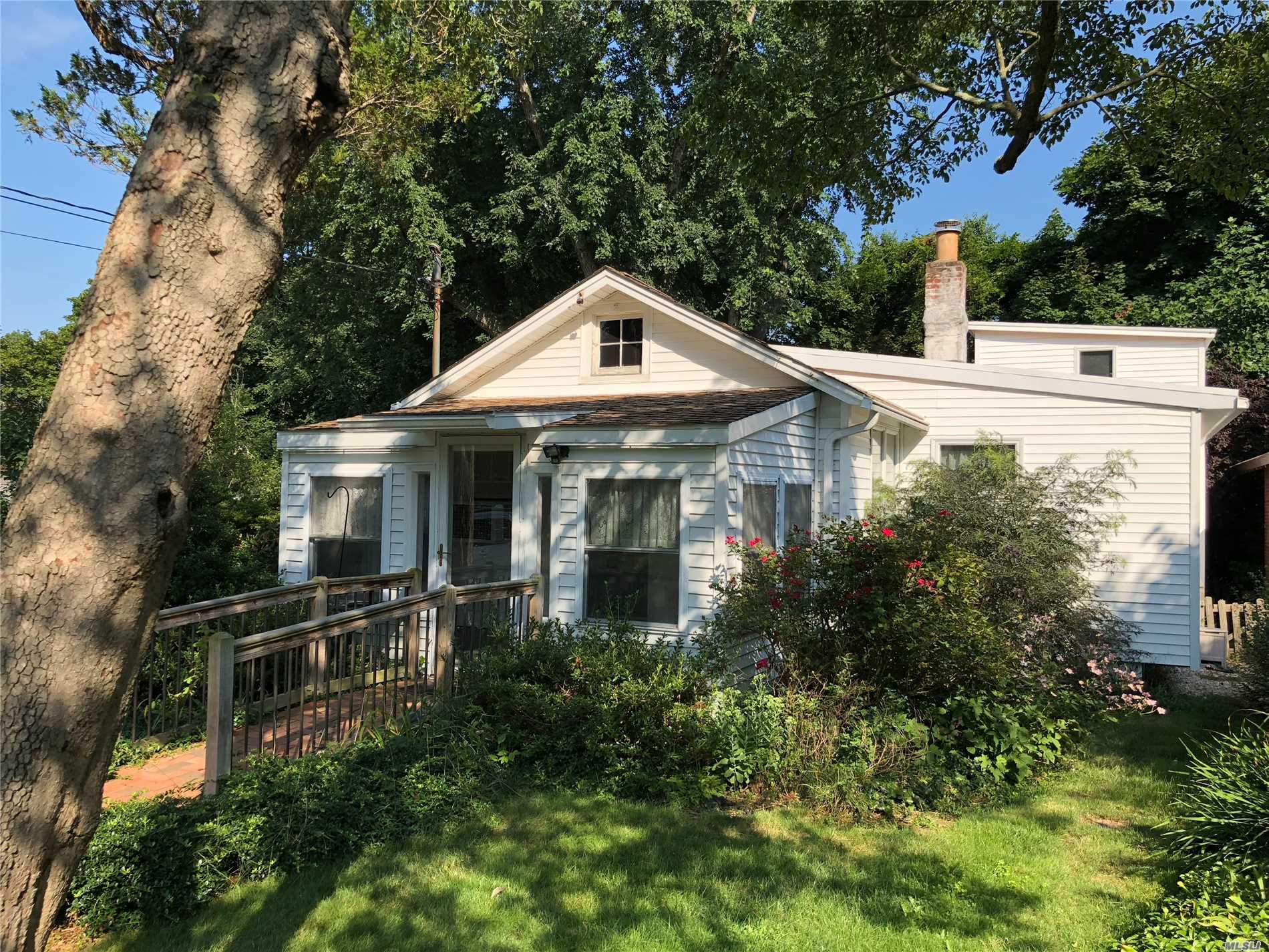 Cozy 2 Story Cottage In Old Stony Brook. 3 Bedrooms, 1.5 Baths With Washer And Dryer. Minutes From Lirr And University. Close To All.