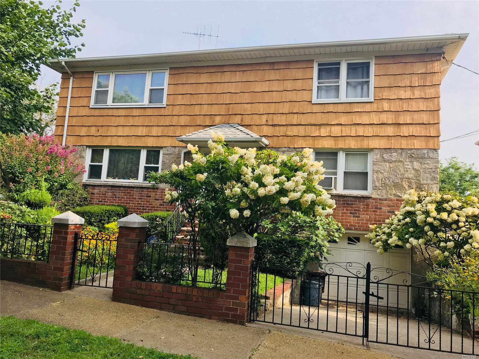 Beautiful Detached 2-Family In Hottest Areas Whitestone. Close To Shopping Mall, Highways,  Express Bus To Manhattan, Q44, Q20, Q15 To Flushing 7 Train. Great School P.S.79, Jhs185. Perfect Location For Extended Family Or Investment. House Can Be Delivered Vacant At Closing.