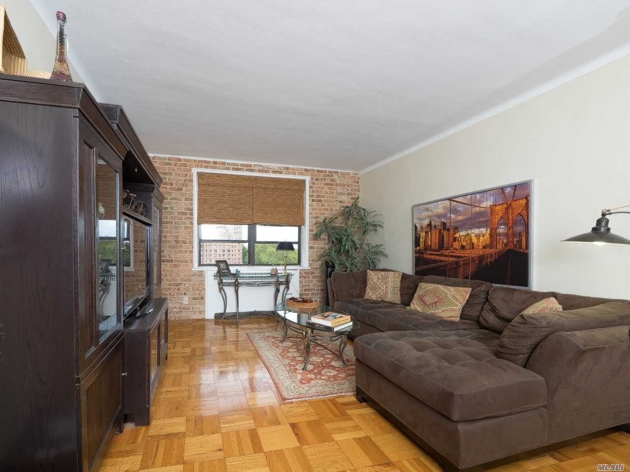 Beautiful 2Br (Junior) With Renovated Kitchen And Bath. Freshly And Professionally Painted, Solid Oak Floors Throughout. Top Floor Very Quiet Apartment In Pre-War Building Located Near All Subway, Shopping, Malls, Restaurants.
