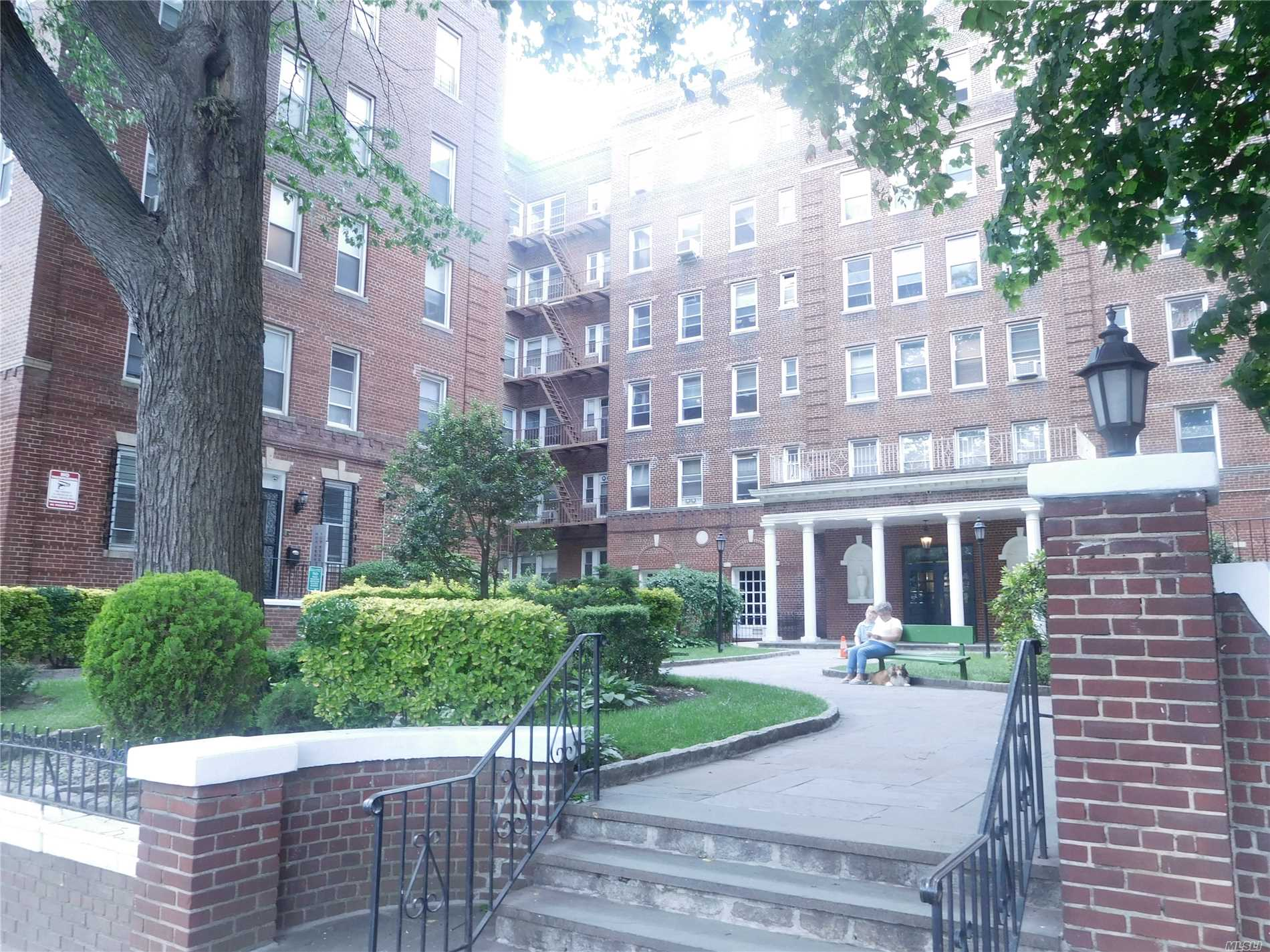 Large Unit. Walk To Lirr And 7 Train. All Rooms Has Windows.